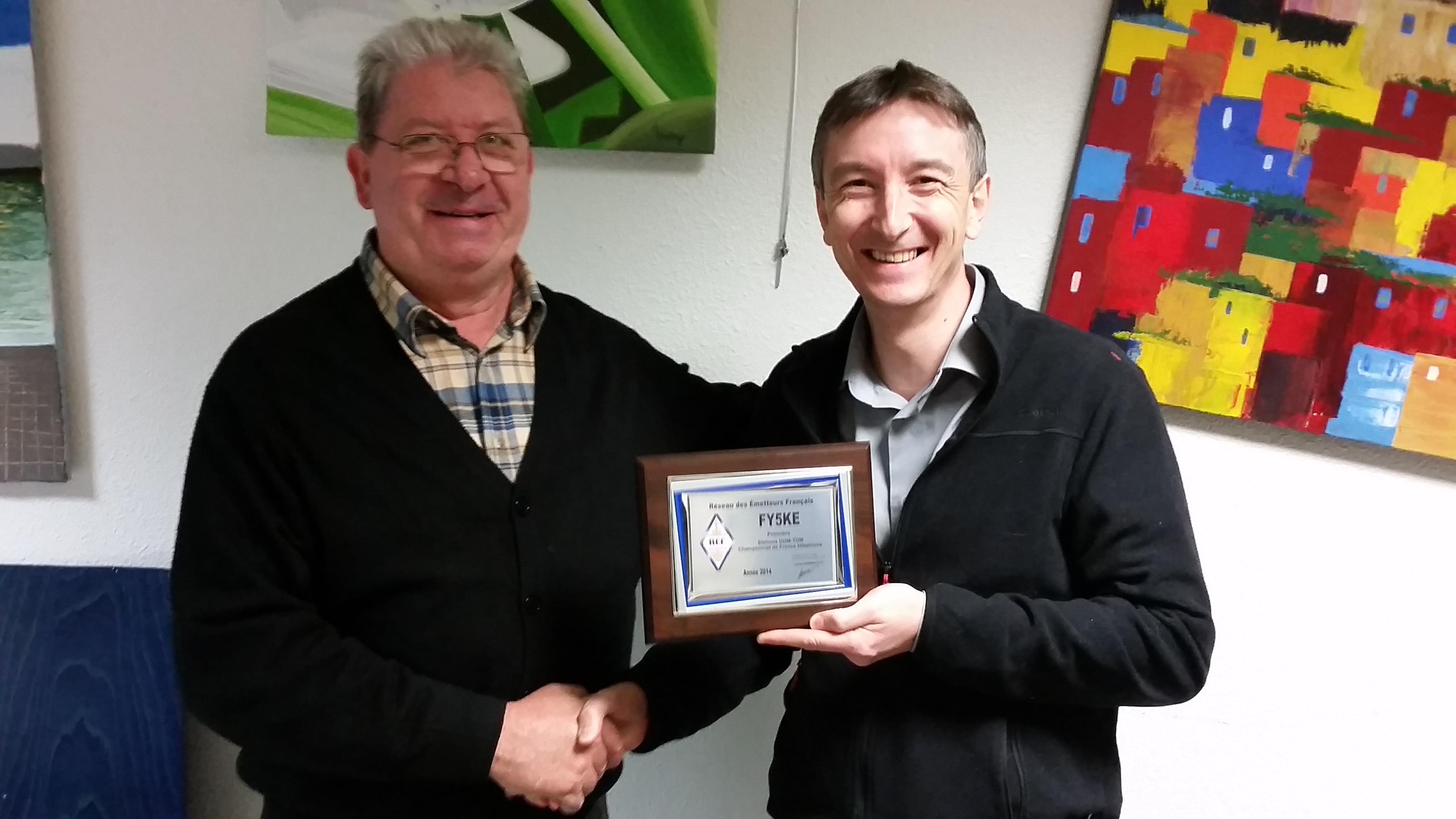 Jean-Pierre F5AHO remet le prix à F5UII pour la première place de FY5KE